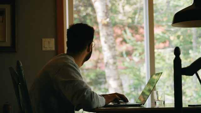 """Allons-nous tous travailler """"à perpétuité"""" depuis notre domicile ? © Photo by Yasmina H on Unsplash"""
