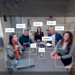 La caméra Huddly IQ est pourvue d'un capteur de 12 millions de pixels et d'un zoom numérique 4x. Le système de cadrage détecte les personnes et adapte le cadrage en conséquence. © Huddly