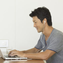 Etude Epos : vers une hybridation du travail et une augmentation des investissements dans les équipements audio © Adobe Stock